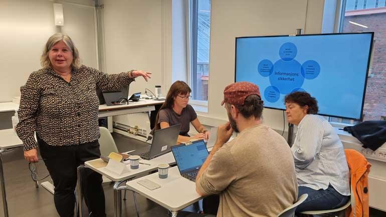 Partnerne møttes i Tromsø for å gjennomgå det nye læringsmaterialet som skal lære studenter og ansatte om digital sikkerhet i helsetjenestene. Prosjektleder er Aud Mette Myklebust (t.v.) fra USN.