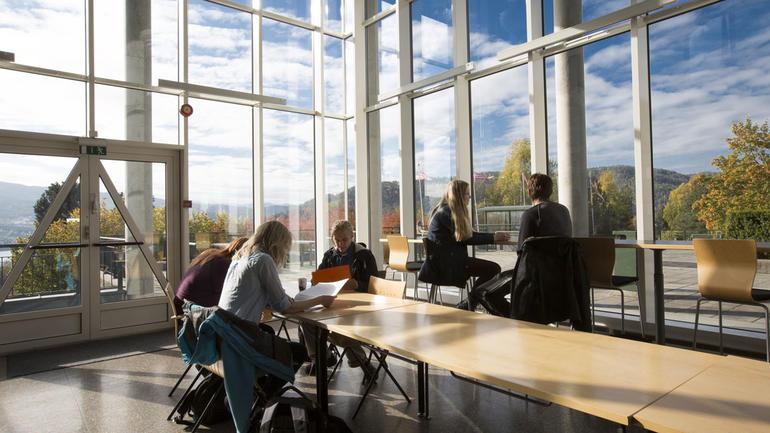 Bilde av studenter i kantina på campus Notodden.