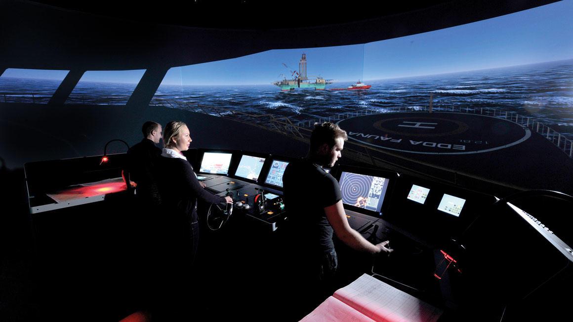Studenter ved marinteknisk drift i simulatoren