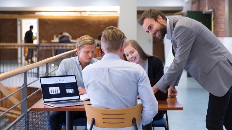 Bilde av økonomistudenter ved USN