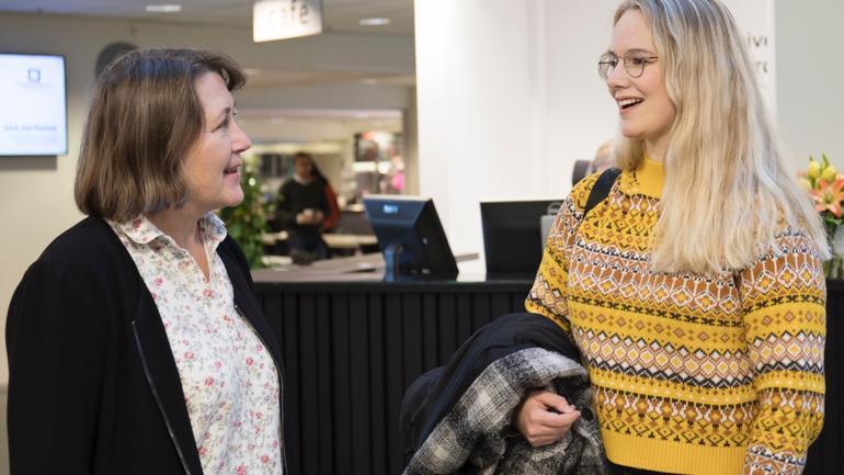 Lise Gladhus diskuterer med sykepleiestudent Karoline Heien.