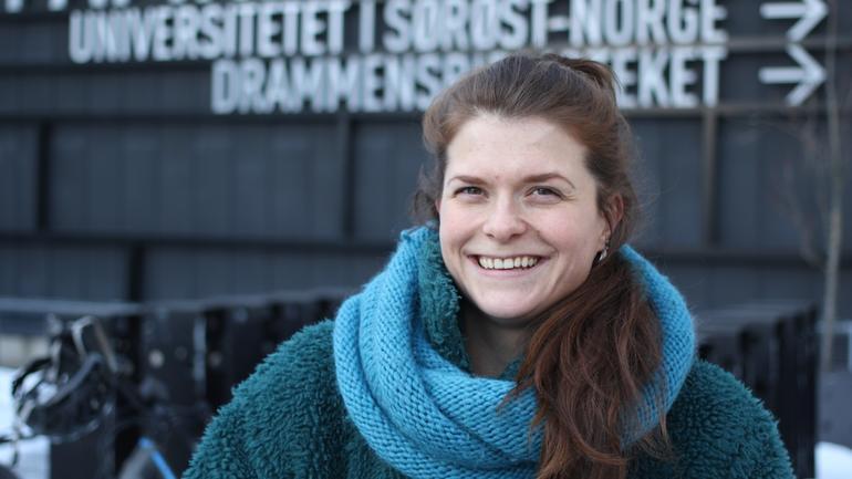 Emma Moberg foran Universitetet i Sørøst Norge, campus Drammen