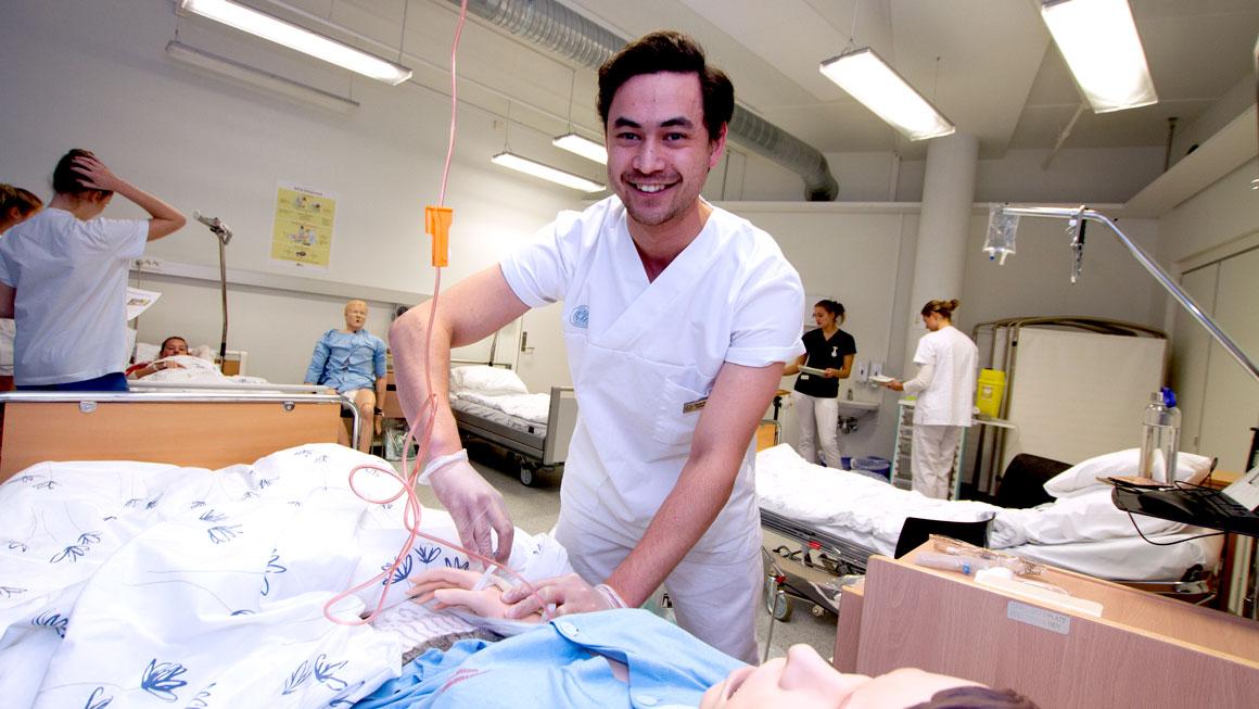 Sykepleierstudent Joachim Wien i praktisk undervisning