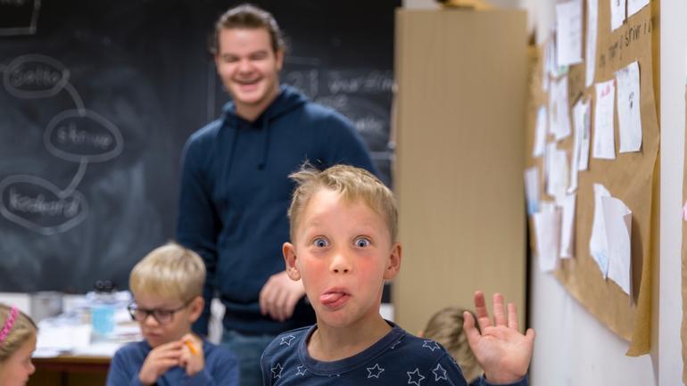 EN elev som rekker tunge under praksis i lærerutdanningen