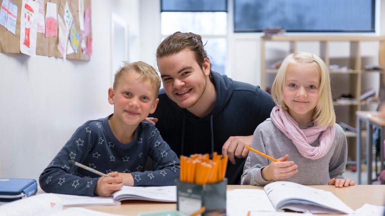 Lærerstudent Syver Bråten sammen med to elever