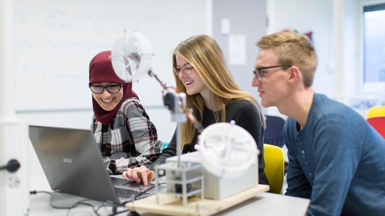 Tre ingeniørstudenter ved USN