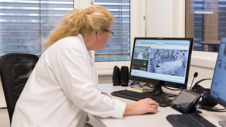 Ingunn Lia følger med på sykepleiestudentene i SIM-senteret i Porsgrunn
