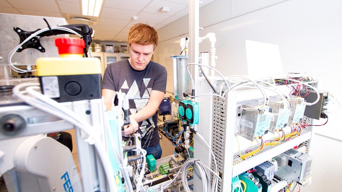 Erland Lønnerød, Y-vei student - ved ingeniørlaben i Porsgrunn