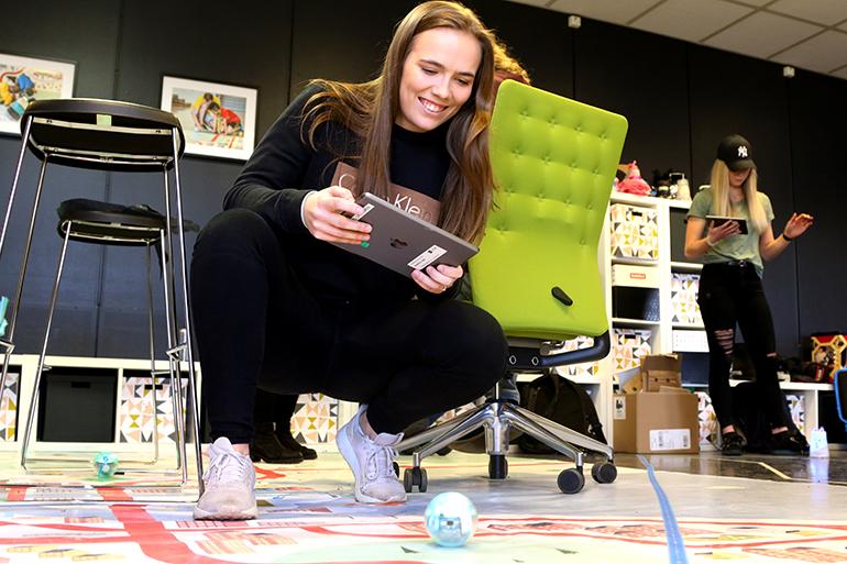 USN-student Lene Johanessen programmerer en Spheroball. foto.