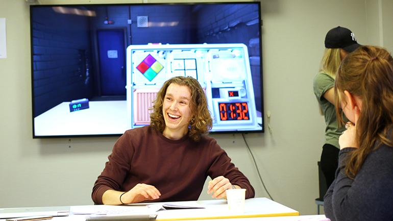 Grunnskolelærerstudent Joakim Strand Hansen på læringsverkstedet i Drammen. foto.