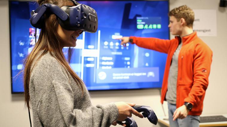 Lærerstudentene Charlotte Nhi Nguyen og Vetle Tveitane utforsker mulighetene VR-teknologi kan gi dem i undervisningen. (Foto: Stian Kristoffer Sande).