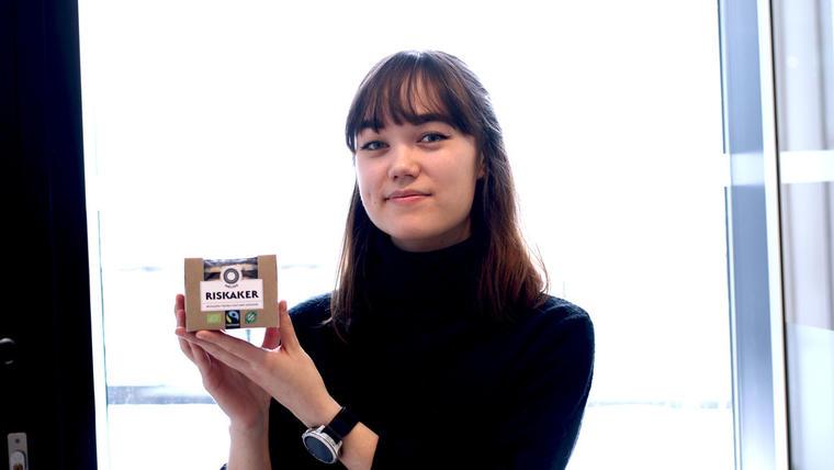 Karina Lillestrømvalgte å ta en bachelor i visuell kommunikasjon hos oss fordi hun ønsker en enda bredere utdannelse enn bare grafisk design.