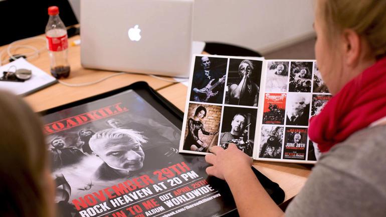 Visuell kommunikasjon-studenter leter etter bilder i en bok