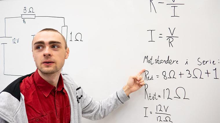 19 år gamle Eivind Bråtalien var ikke i tvil om hva han skulle bli: Lektor!