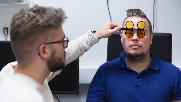 To studenter ved Master i synspedagogikk og synsrehabilitering i synslaben