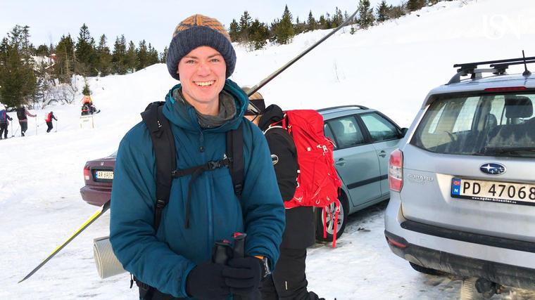 Studentene i friluftsliv lærer også om trygg ferdsel i fjellet, og hva de skal gjøre hvis noen blir tatt av et skred. Her er Erlend på vei til skredøvelse på Lifjell i Telemark sammen med Røde Kors, politiet og Sivilforsvaret.