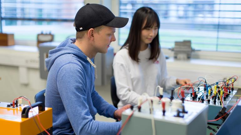 To elkraft ingeniør studenter ved USN
