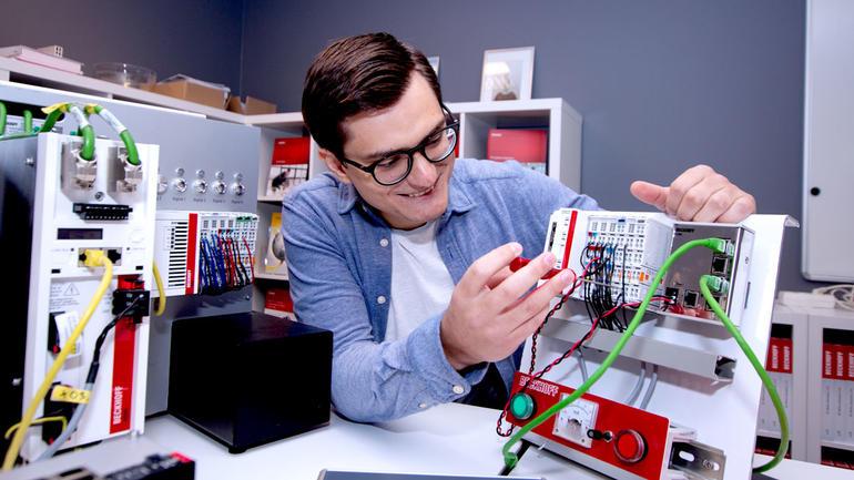 Ingeniørstudnet Dominykas Gustys jobber på et prosjekt