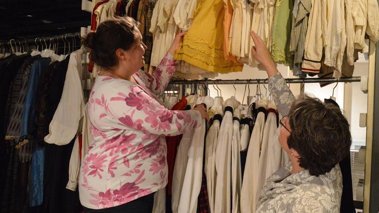 Kari-Anne jobber ti timer i uken på Vesterheim museum. Her ser hun på klær fra norske utvandrere til Amerika, sammen med sjefskonservator Laurann Gilbertson. Foto