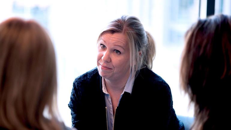 Illustrasjonsfoto hvor en dame intervjuer to mennesker