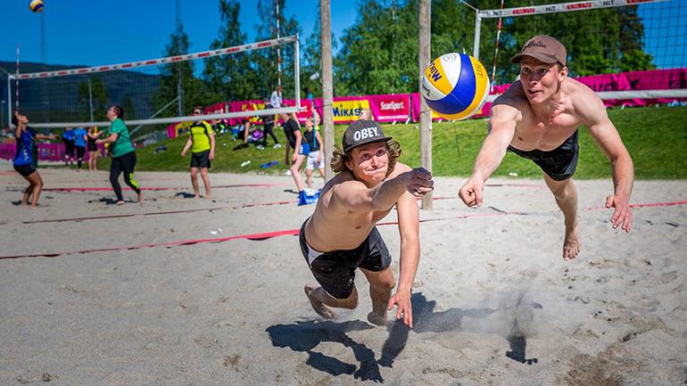 Sandvolleyball utenfor campus Bø. foto.