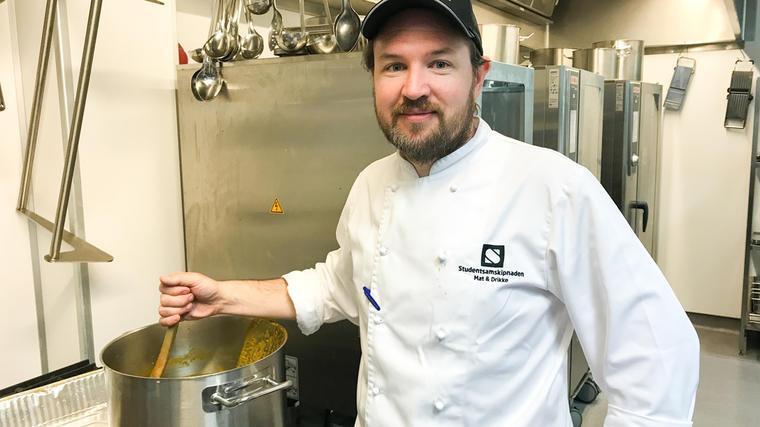 Studentsamskipnadens kjøkkensjef på campus Kongsberg, Simon Hogstad har gode tips til deg som er fersk student og skal ha ansvar for matlagingen selv.