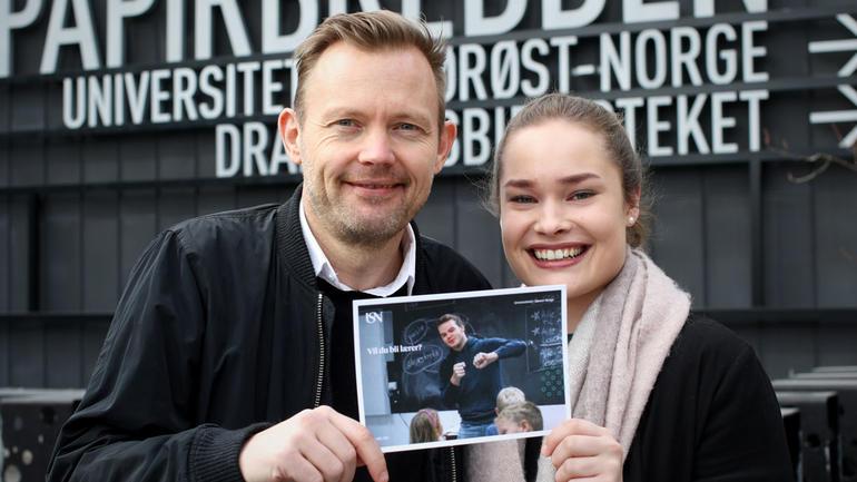 Sammen med universitetslektor Atle Kaasin har lærerstudent Trine Eline Aas besøkt flere folkehøyskoler på Østlandet for å fortelle om USNs lærerutdanning. Foto av de to