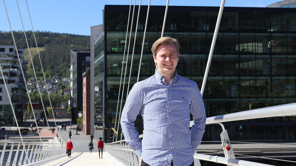 Drammensstudenten foran universitetsbygget i Drammen