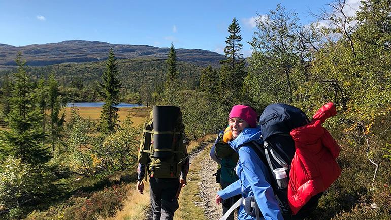 Notoddenstudenter på vei ut i naturen. foto.