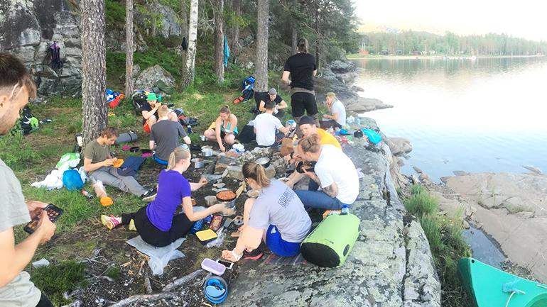 Studenter på kanotur. foto.