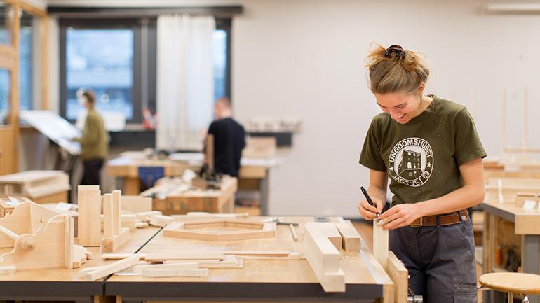 Kunstfagstudent på USN campus Notodden. foto.