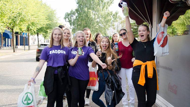 Faddere og fadderbarn under studiestartfestivalen i Vestfold. foto.