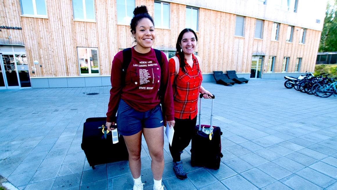 USN-studentene Michaela og Emily gleder seg til å flytte for seg selv for første gang.
