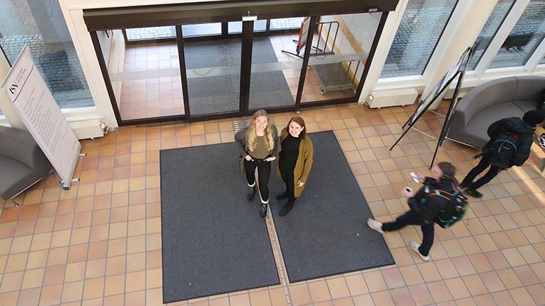 Anette Schia Kaasa og Marie Nodland på campus Bø. foto.