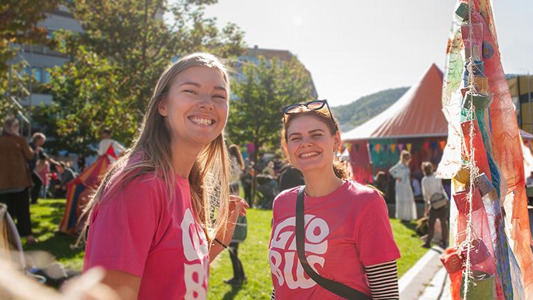 Kulturledelsesstudentene Anette Schia Kaasa og Marie Nodland på Globusfesitavlen i Drammen. foto.