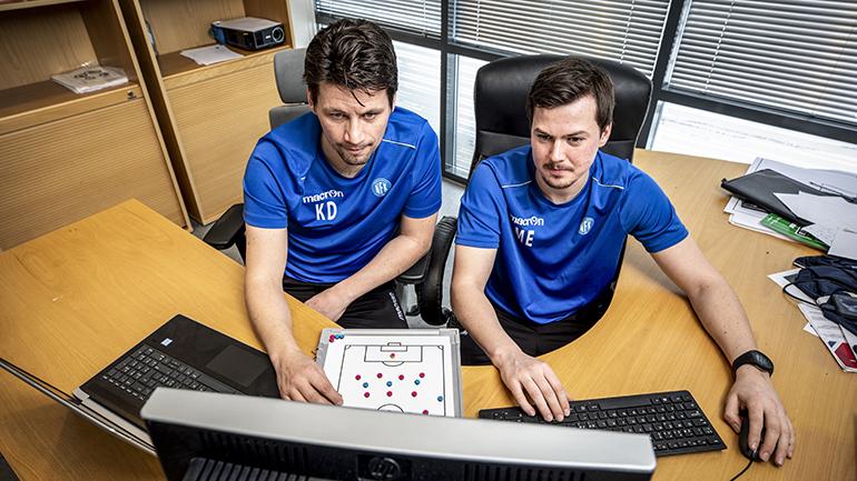 Kenneth Dokken og Magnus Erga i Notodden FK foran pc. foto.
