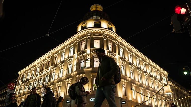 Illustrasjonsbilde til lysdesign med flott belysning av staselig forretningsbygg i Karl Johans Gate i Oslo