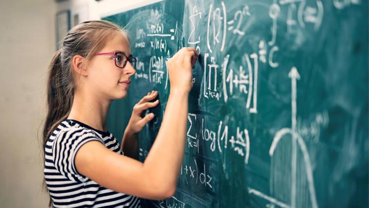 Student som regner ut tall på tavla