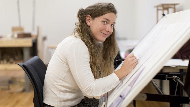 Student i bachelor i visuelle kunstfag og design