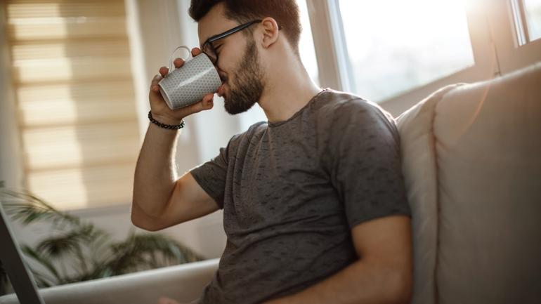 student som drikker kaffe