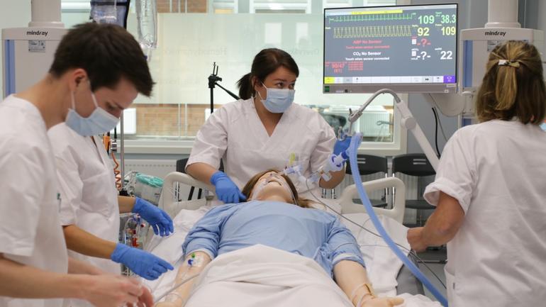 Intensivstudenter øver i simuleringssenteret