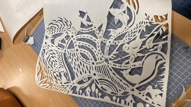 Kunsten å klippe kompliserte mønstre i papir kalles psaligrafi.