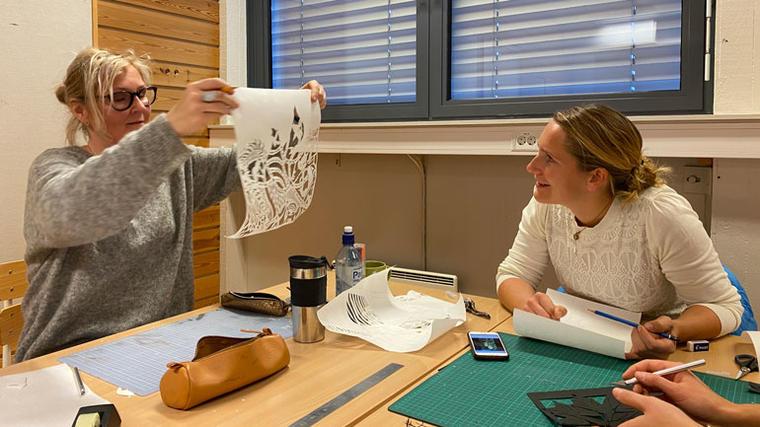 PSALIGRAFI: Temaet for workshopen er psaligrafi, kunsten å klippe kompliserte mønstre i papir. (Foto: Maren Sandbakk/USN)
