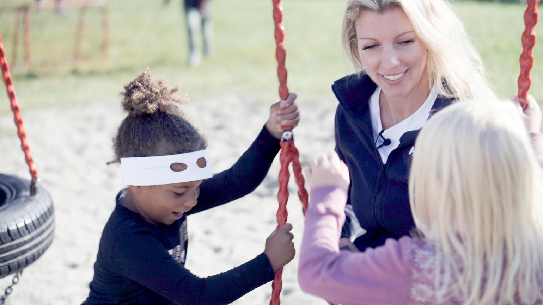 Lindi Solberg med barnehagebarn