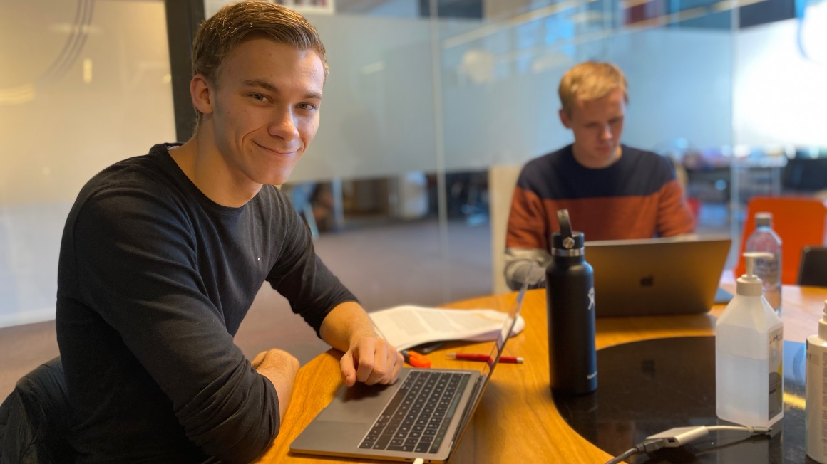 Fredrik studerert økonomi og ledelse på biblioteket