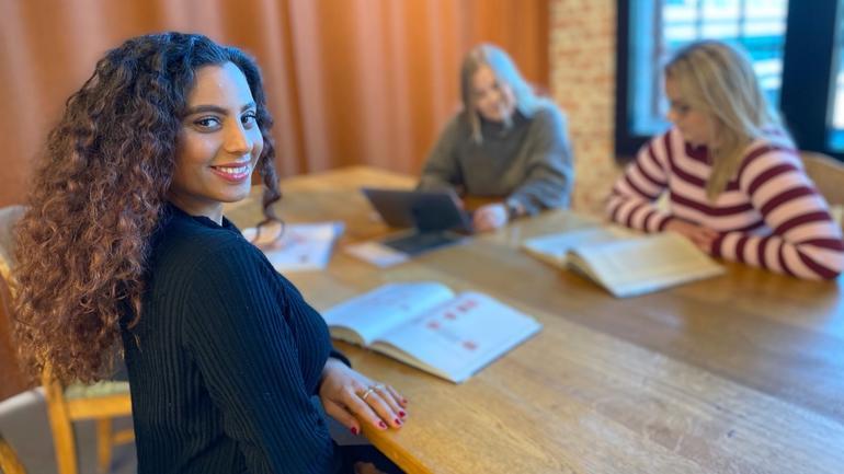 Dania studerer sosiologi i kollokviegruppe