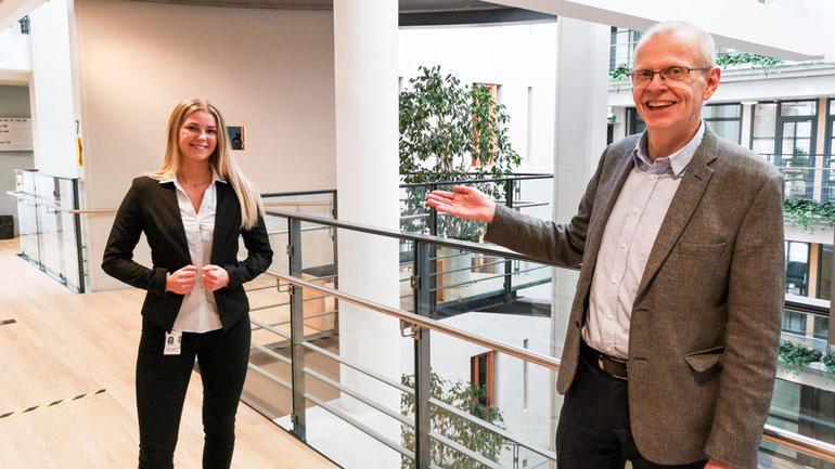 Sorenskriver Yngve Svendsen sier Aurora er den yngste seksjonslederen som noen gang er ansatt i Oslo tingrett. (Foto: Magnus Owren Sangnes)