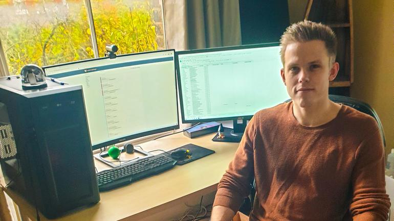 På grunn av koronapandemien må Arni jobbe hjemmefra, inntil det er trygt å dra på kontoret igjen. Foto av ham.