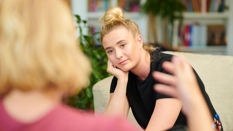 Hvem bør du høre på, og hvordan vet du forskjellen på gode og dårlige råd? Bilde av jente og rådgiver.