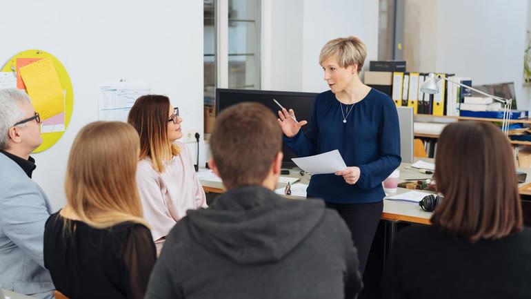 USN tilbyr en ny lederutdanning for ledere på førstelinje og mellomnivåer i privat, offentlig eller frivillig sektor. Foto av leder og medarbeidere. Shutterstock